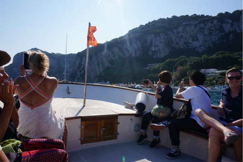 青の洞窟行きのボート