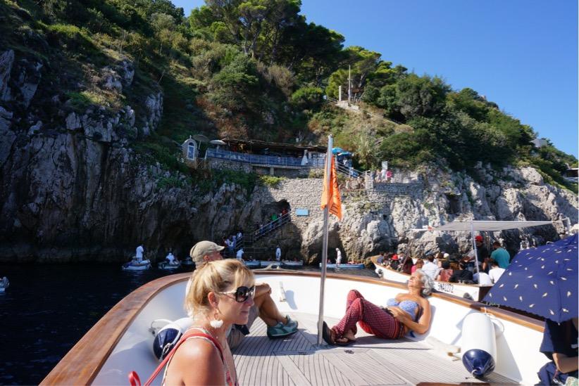 青の洞窟待機ボート上