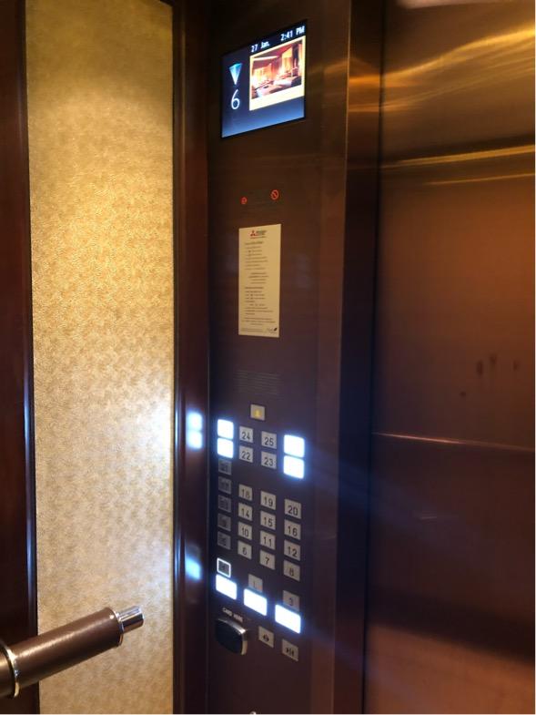 エレベータにカードキー