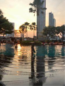 プールサイドから眺める夕日